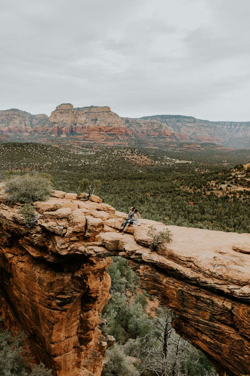couple sitting on devils bridge sedona