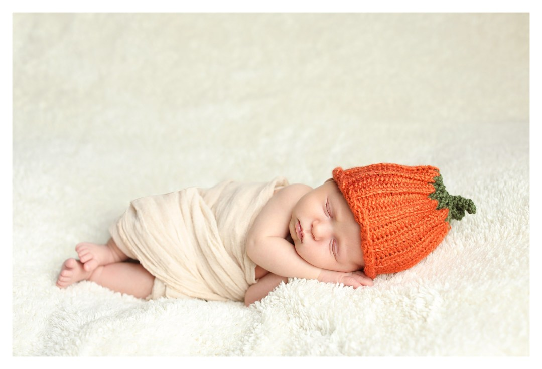 newborn photo with knitted pumpkin beanie