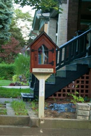 080413-library-frontyard