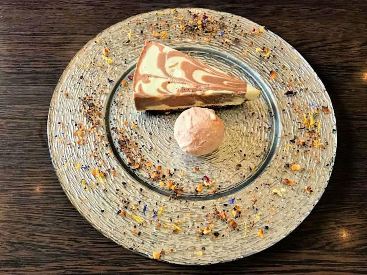 Cheesecake mit Erdbeerebombe – Schokolade/ Erdbeer Sauce/ geröstete Nüsse