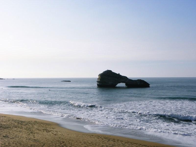 rocher mer biarritz surfeur
