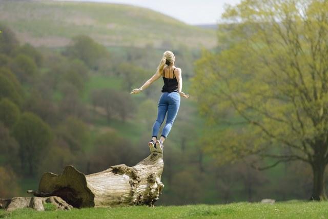 飛び立とうとする女性
