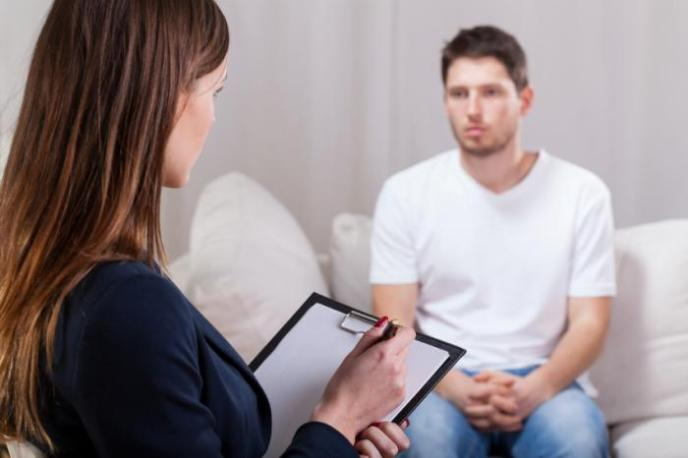 positive-changes-hypnosis-hamilton man in therapy session