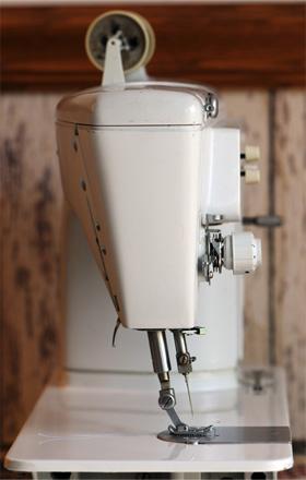 Швейная машинка со скошеной лапкой