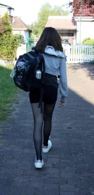 Kind Nummer Eins auf dem Weg zur Schule.