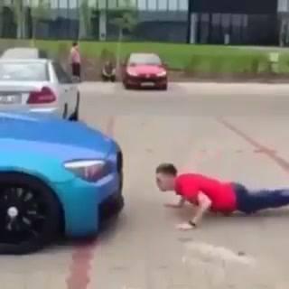 Carro Faz Flexões Com Dono