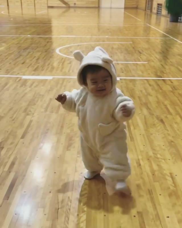 Bebê Aprendendo A Andar, Olha Só Que Esta Roupinha Linda De Ursinho!!!