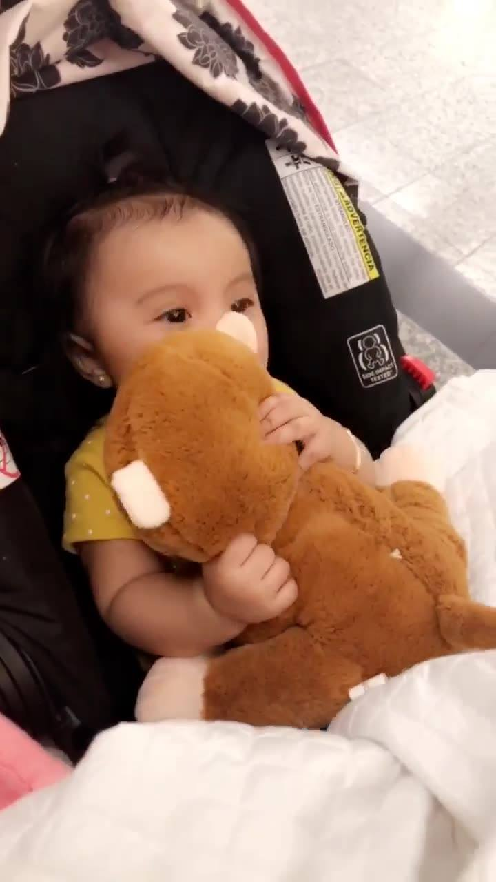 Bebê Fica Super Alegre Ao Ganhar Um Ursinho De Pelúcia, Olha Só A Carinha Dela!