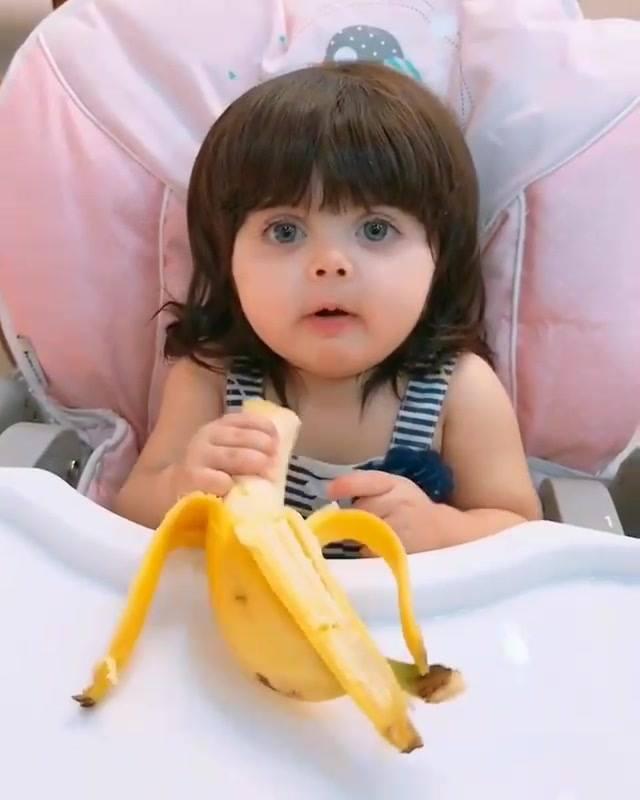 Criança Comendo Fruta Com Uma Carinha Muito Feliz, Confira!