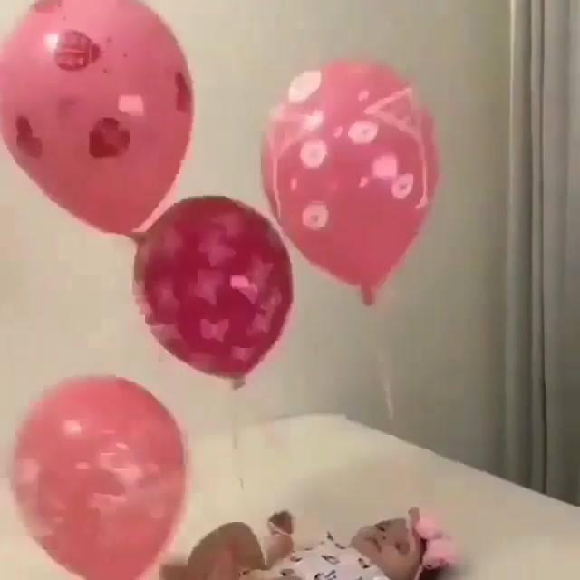 Bebê Com Bexigas Amarradas Nas Pernas E Nos Braços, Que Gracinha!