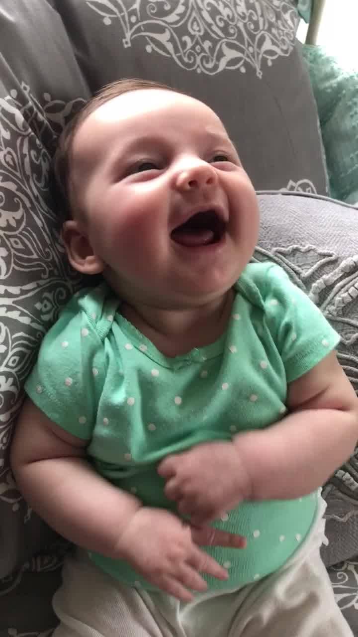 Bebê Dando Risadas, Que Divertido, Impossível Não Se Contagiar!