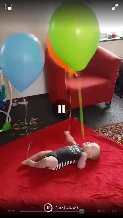 Bebê Se Divertindo Com Balões De Gaz Hélio, Olha Só Que Alegria!!!
