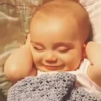 Bebê Dormindo E Sorrindo