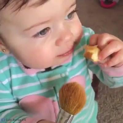 Bebê Gosta De Maquiagem