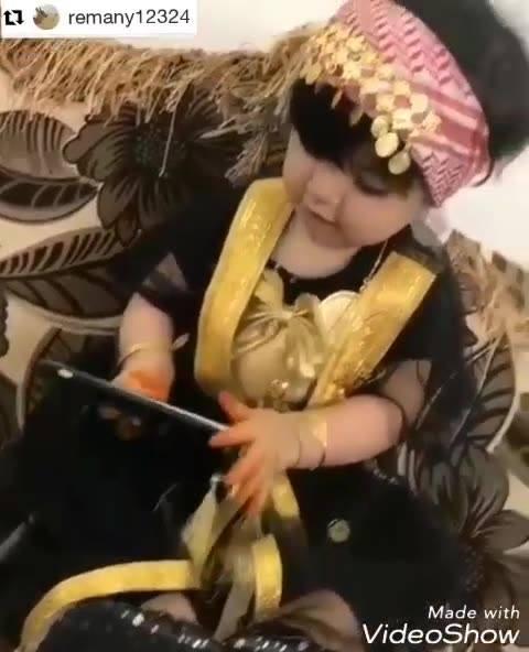 Criança Escutando Musica Indiana Com Trajes Típico Da Dança!