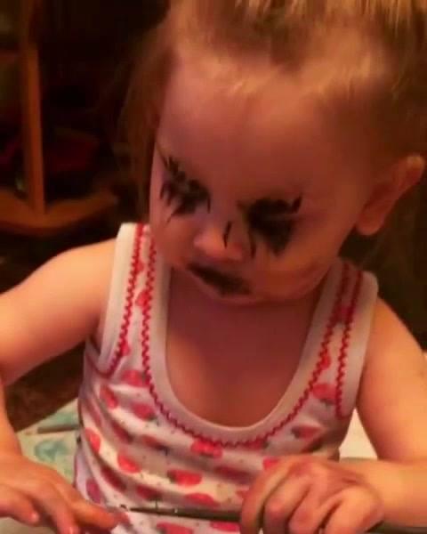 """Criança Fazendo """"Maquiagem"""" Com Tinta, Olha O Que Ela Aprontou!"""