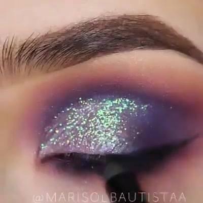 Inspiração De Sombra Na Cor Vinho E Azul, E Aplicação De Glitter!!!!