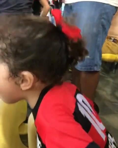 Menina Torcendo Para O Seu Time Do Coração, Uma Criança Muito Fofa!
