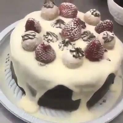 Montando Um Bolo De Chocolate Com Recheio De Avelã E Cobertura De Leite Em Pó!