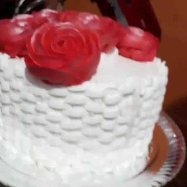 Bolo Em Formato De Cesta De Flores Na Cor Branca, Com Rosas De Glacê Vermelhas!