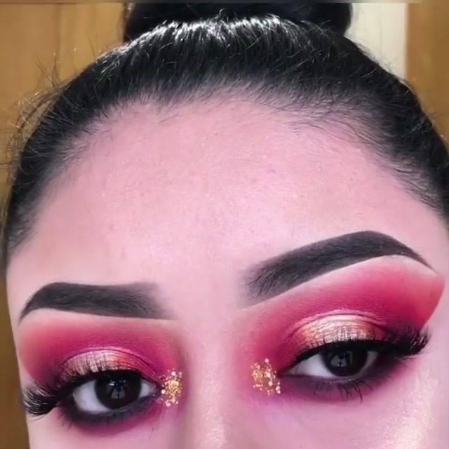 Maquiagem Com Esfumado Vermelho E Sombra Cintilante Na Pálpebra Móvel!!!