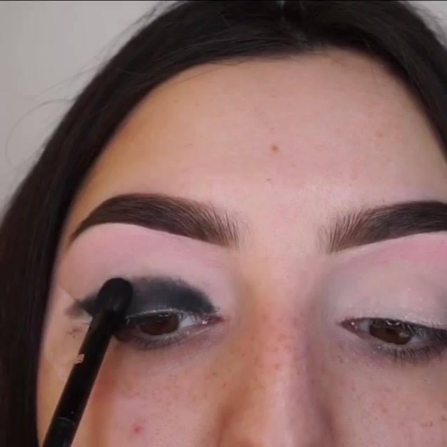 Maquiagem Com Esfumado Marrom, Sombra Preta E Delineado Dourado Maravilhoso!!!