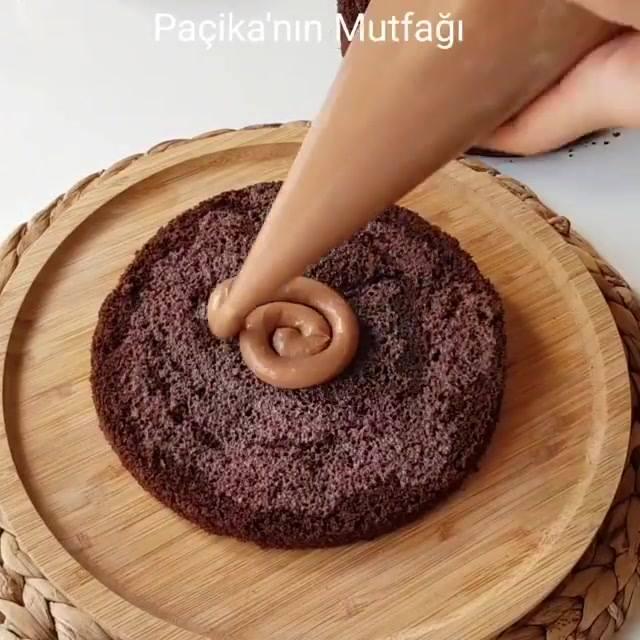 Bolo De Chocolate Com Recheio De Doce De Leite E Decoração Exótica De Chocolate!