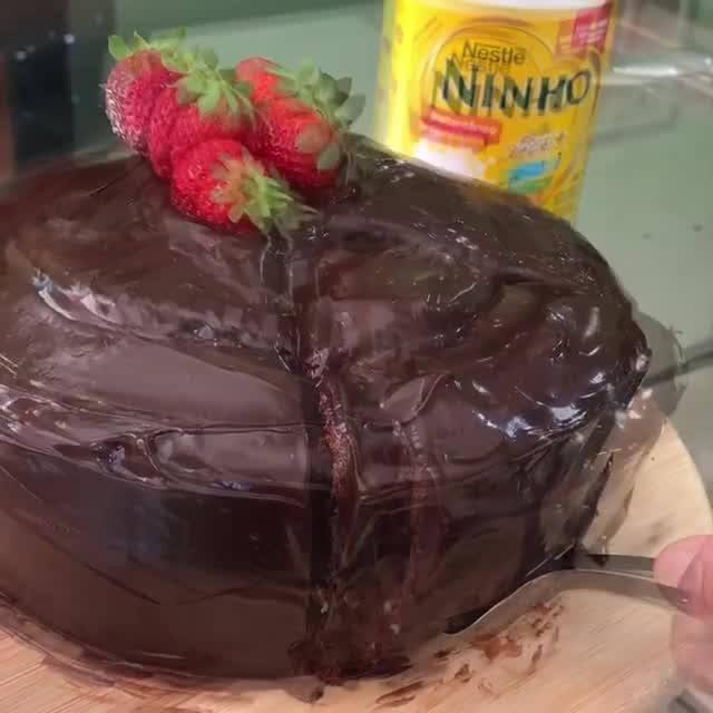 Bolo De Chocolate Com Recheio De Leite Ninho Com Morangos!