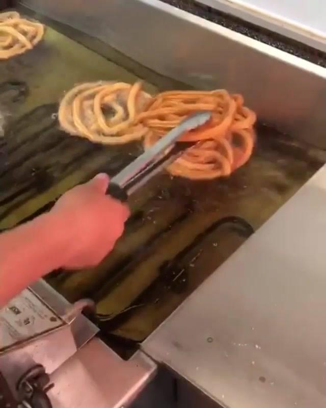 Panqueca De Churros Com Morango E Cobertura De Chocolate!