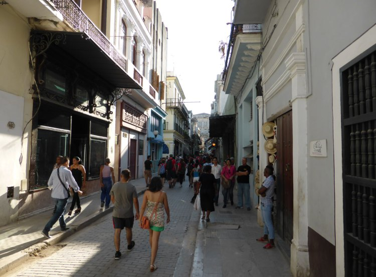 Calle Obispo had many shops and hotels