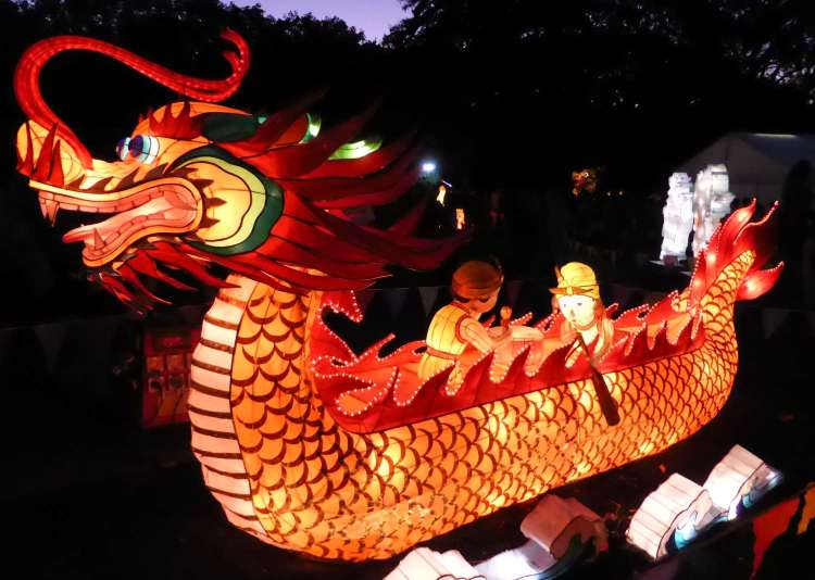 Dragon boat lantern. Someone drew the short oar