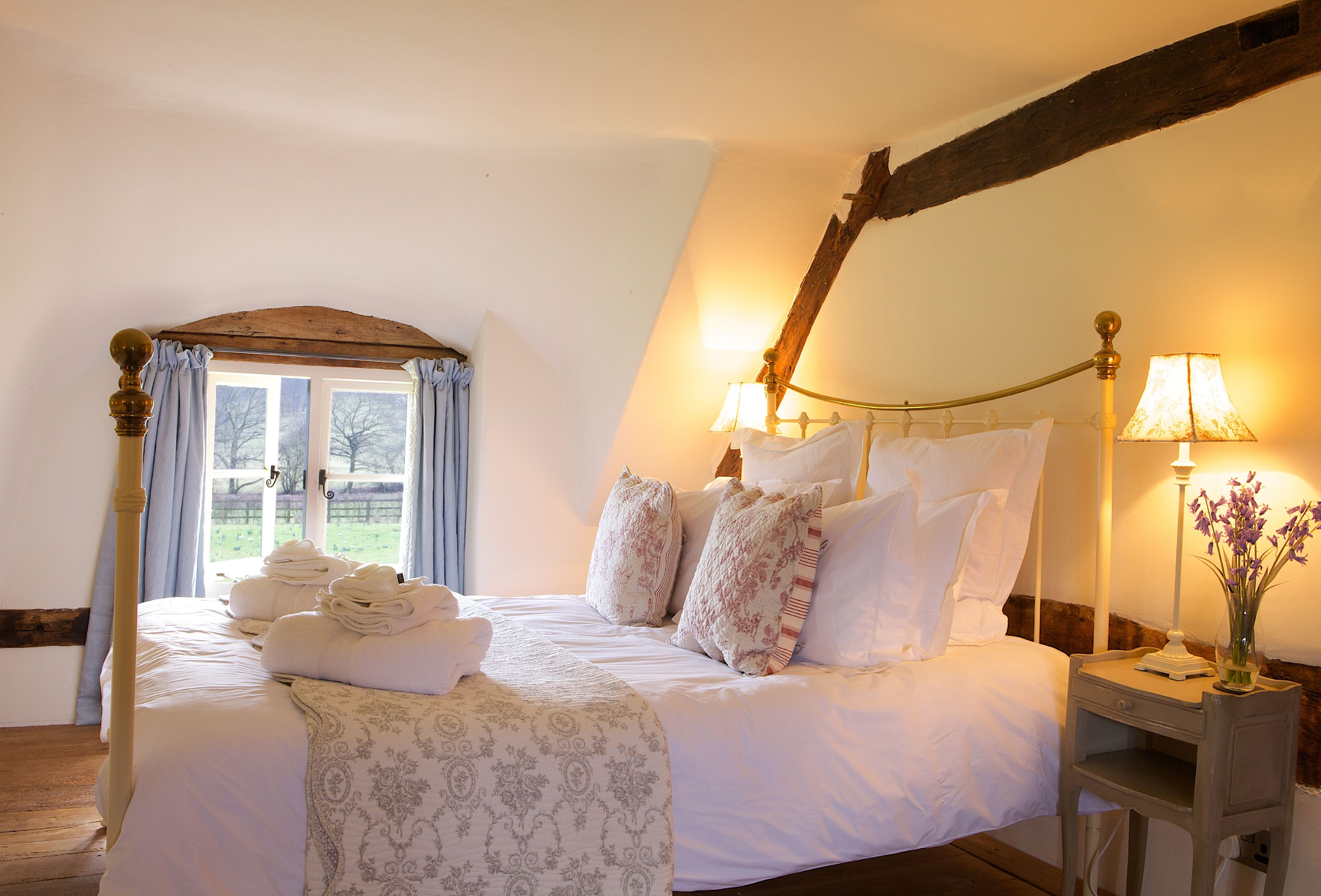 10_beautiful_thatched_cottages_in_england_field_cottage_pershore_worcestershire