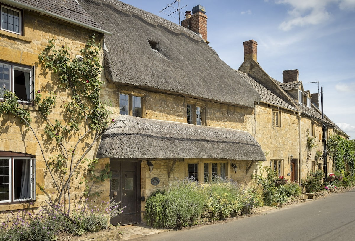 10_beautiful_thatched_cottages_in_england_inglenook_cottage_cotswolds