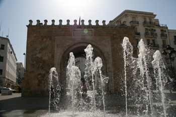 Triumphal arch with water fountain in scorching heat.
