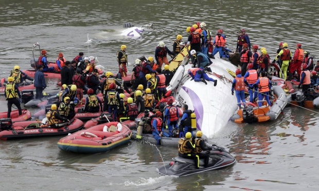 TransAsia Airways Flight GE235 Live Crash Video