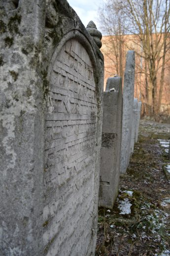 Lapidi originali nell'antico cimitero ebraico