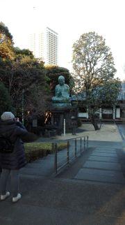 Al tempio del cimitero di Yanaka