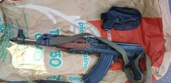 MUŠKARAC IZ BJELOVARA U AUTU IMAO ARSENAL ORUŽJA: Automatsku pušku skrivao je u vreći brašna