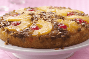 Pie de piña y cerezas
