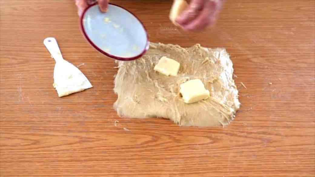 Añadimos la mantequilla en la masa del panettone