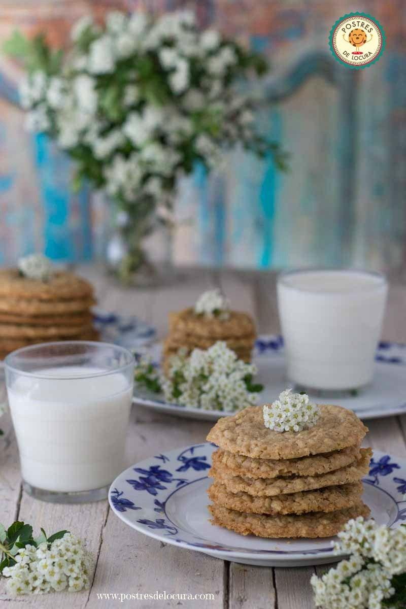 Galletas de avena finas y crujientes con vasos de leche