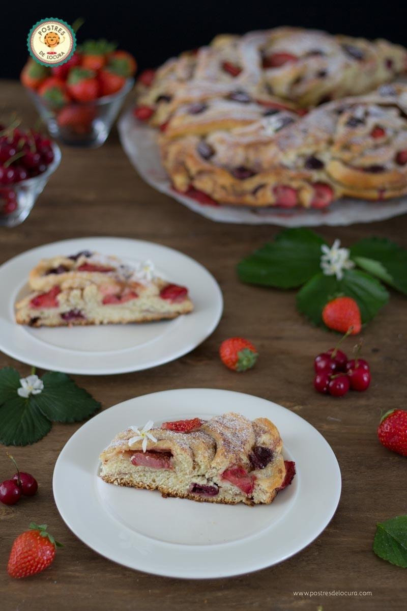 Pan de leche condensada con fresas y cerezas