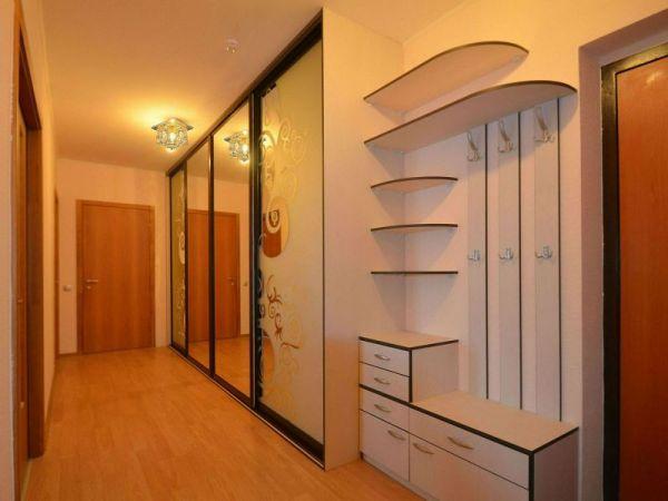 Стильная прихожая в узкий коридор: подборка фото