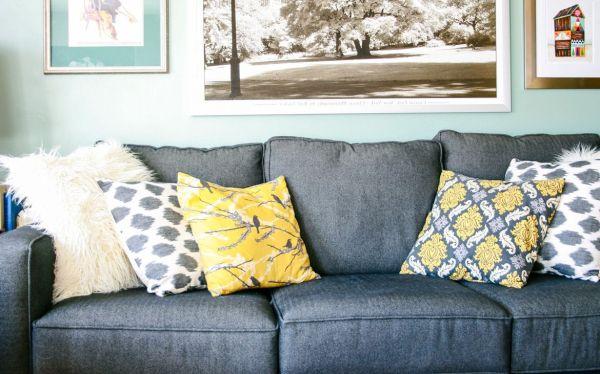 Подушки для серого дивана: идеи подходящих на фото