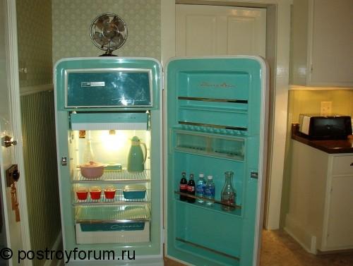 Старинный зеленый холодильник