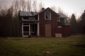 Huset står ensamt i skogsgläntan..