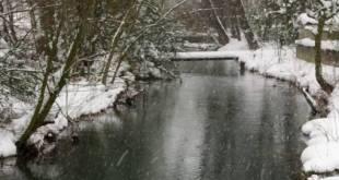 Imagen de la nieve cayendo sobre el rio Ebro a su paso por Reinosa