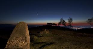 La Luna y Venus desde el Dolmen del Alto de Lodos (Cantabria) de @jmmpereda