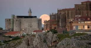 Luna llena sobre Castro Urdiales durante el solsticio de verano