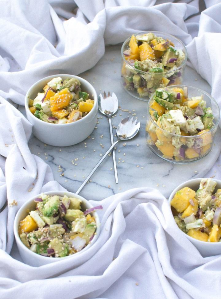 Salade avocat, mangue, oignon rouge, fêta et sésame Potimanon